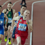 Carrera masculina en pista cubierta de atletismo
