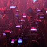 Fotografía detalle móviles en concierto