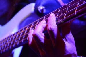 Fotografía Detalle tocando trastes guitarra