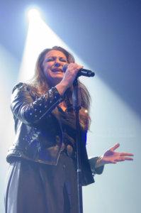 Niña Pastori cantando con fuerza