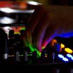 Fotografía Detalle mesa DJ con mano