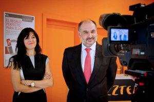 Hombre y mujer delante cámara de vídeo
